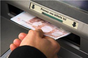1110349-votre-banque-facture-un-retrait-d-especes-chez-une-autre-banque